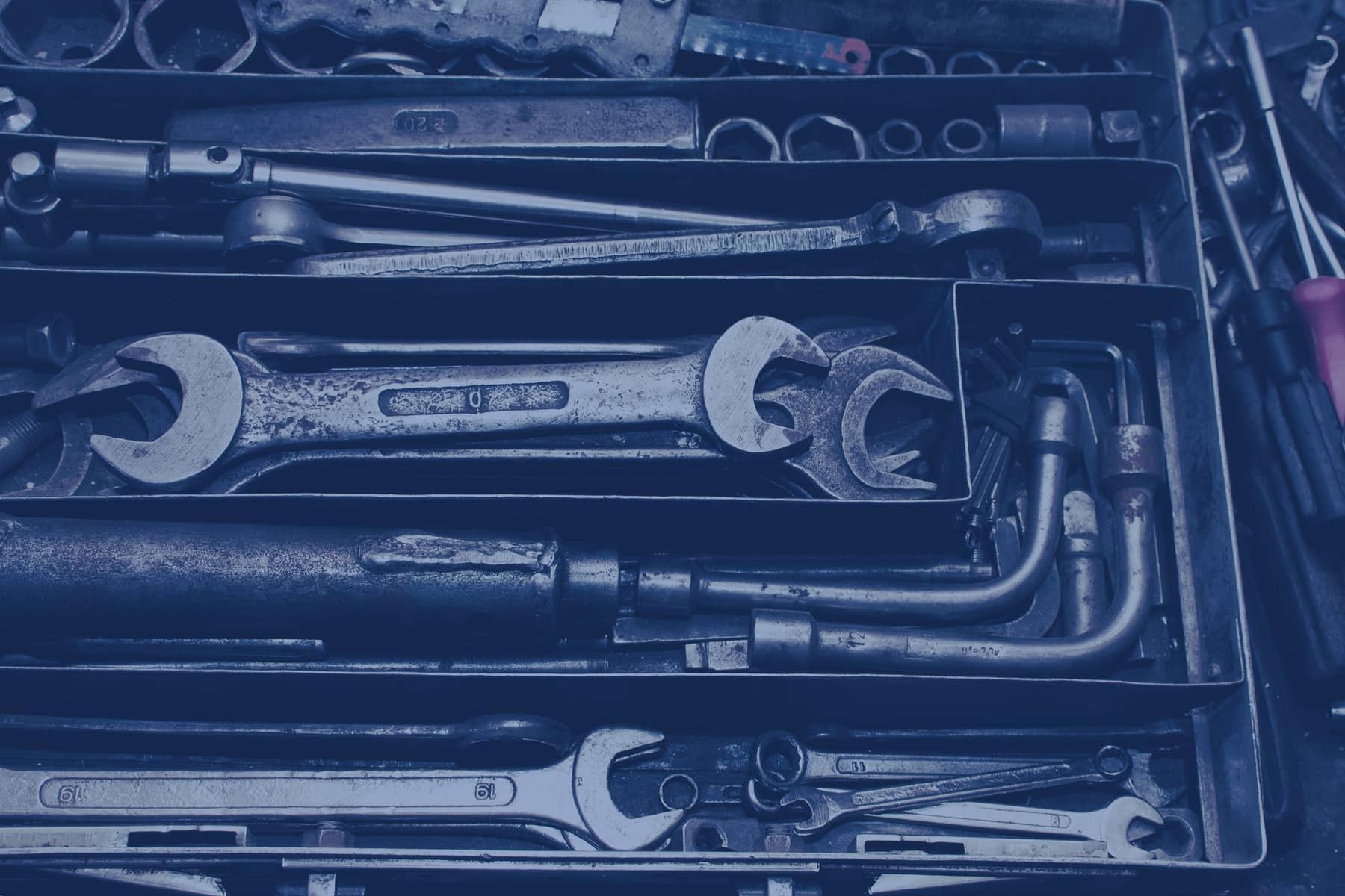 Werkzeugkiste mit Schraubenschlüssel